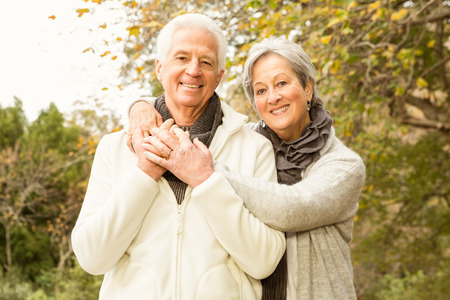 Ältere Paare, die im Park auf einer Herbst Tag