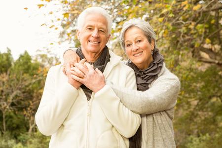 jubilados: Matrimonios de edad en el parque en un día otoños