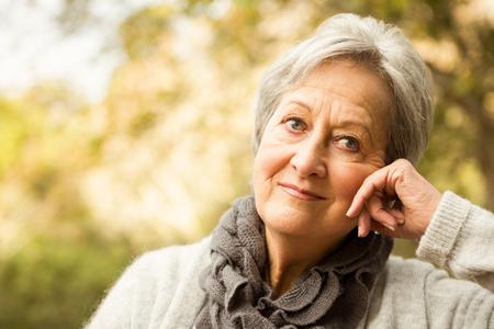 mujer pensando: Superior de la mujer en el parque en un día otoños