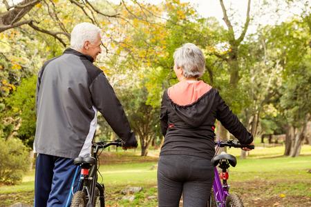tercera edad: Matrimonios de edad en el parque en un día otoños