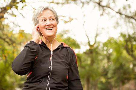 tercera edad: Superior de la mujer en el parque en un día otoños