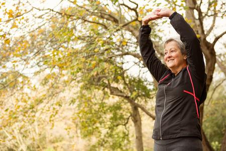 seniors: Superior de la mujer en el parque en un d�a oto�os