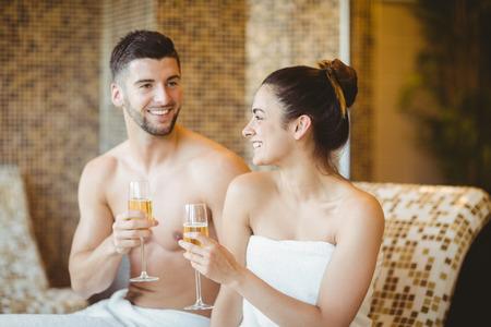 romantique: Couple romantique avec des verres de champagne au spa Banque d'images