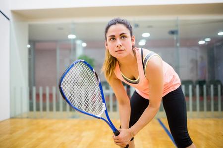 Femme désireuse de jouer au squash dans le court de squash Banque d'images
