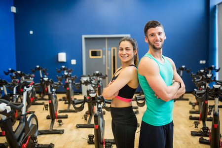 men exercising: Pares que trabajan juntos en el gimnasio Foto de archivo