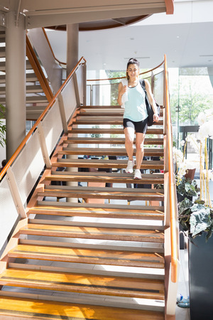bajando escaleras: Mujer caminando por las escaleras en el gimnasio Foto de archivo