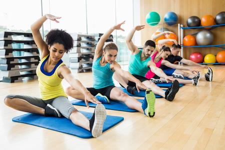 체육관에서 스튜디오에서 운동 피트니스 클래스 스톡 콘텐츠
