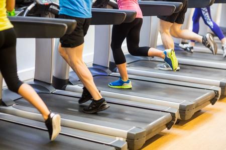 Fit Menschen Joggen auf dem Laufband im Fitnessstudio Lizenzfreie Bilder