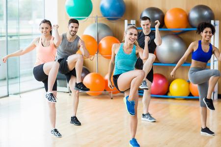 Clase de la aptitud ejercicio en el estudio en el gimnasio