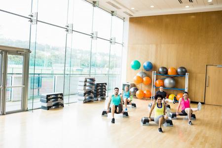 ejercicio: Clase de la aptitud ejercicio en el estudio el gimnasio