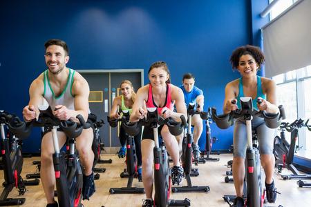 física: Las personas en forma en una clase de spinning del gimnasio Foto de archivo