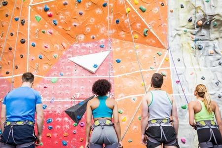 escalando: Las personas en forma listo para el rock de ascenso en el gimnasio