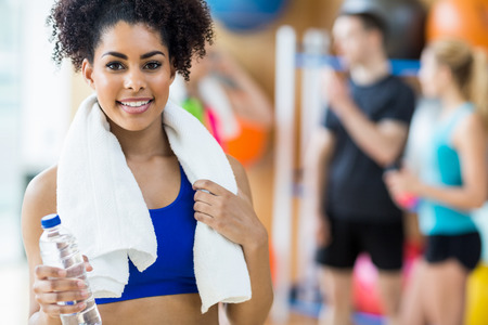 Fit woman smiling at camera at the gym Foto de archivo