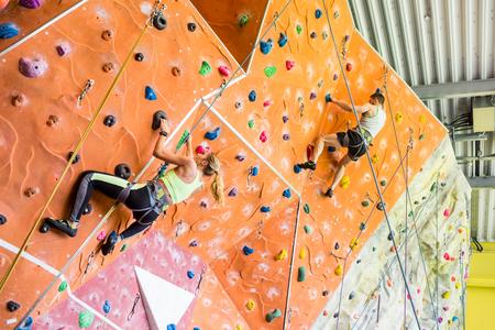Fit paar Klettern drinnen in der Turnhalle
