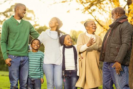 black girl: Erweiterte Familie posiert mit warmer Kleidung in einem Park Lizenzfreie Bilder