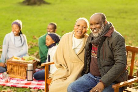 ni�os negros: La familia feliz con un picnic en un parque Foto de archivo
