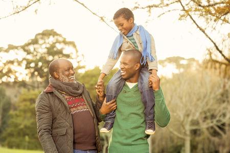 ancianos felices: Familia extensa posando con ropa de abrigo en zonas verdes
