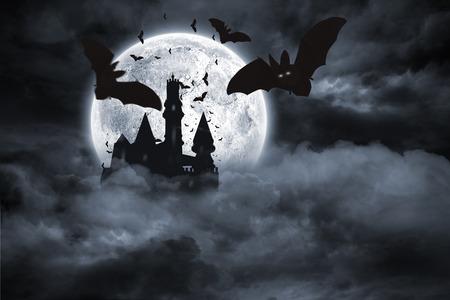Digital erzeugten Fledermäuse fliegen aus Draculas Schloss