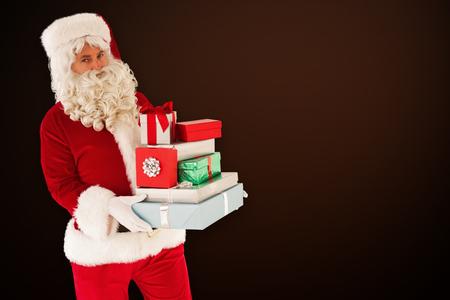pere noel: P�re No�l tenant nombreux cadeaux sur fond blanc avec vignette Banque d'images