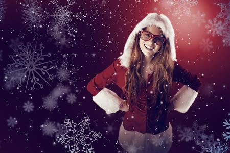 pere noel sexy: Rousse Festive souriant à la caméra contre la neige
