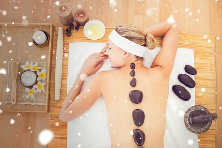 massage: Neige contre belle blonde profiter d'un massage aux pierres chaudes Banque d'images