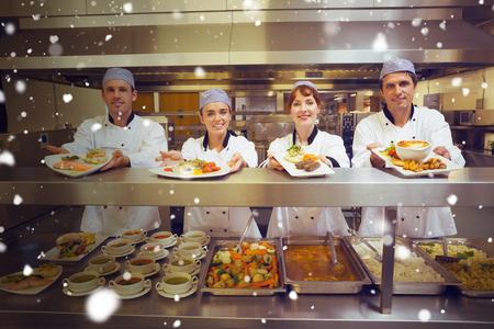chef: Nieve contra cuatro jóvenes chefs que muestran placas