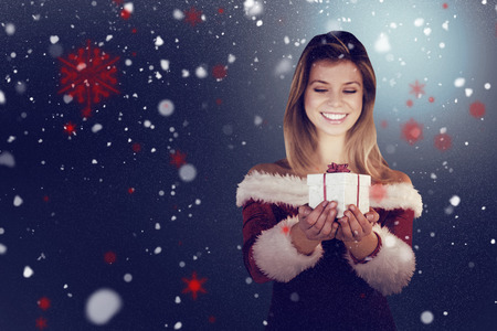pere noel sexy: Jolie fille � Santa tenue cadeau tenant contre la neige
