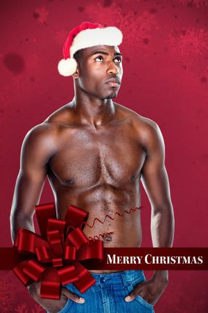 pere noel sexy: Fit torse nu jeune homme contre motif de flocon de neige Banque d'images