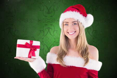 pere noel sexy: Jolie fille de Santa cadeau tenant contre �l�gant papier peint � motifs dans les tons rouges
