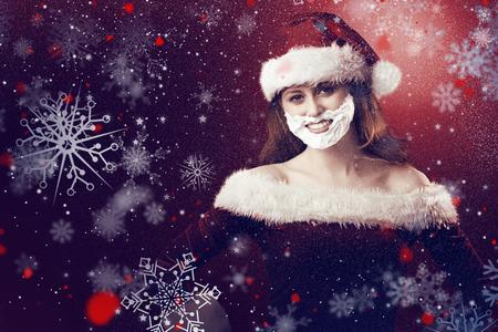 pere noel sexy: Rousse festive dans la mousse barbe contre la neige