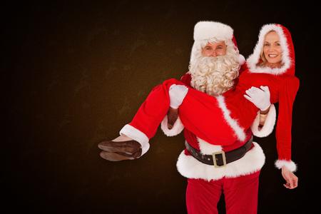 mrs: Santa y se�ora sonriendo a la c�mara contra el patr�n de renos amarilla Noel