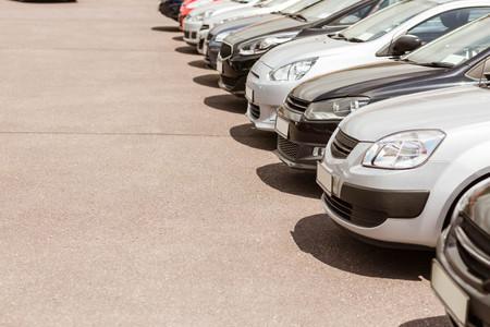車新しい自動車のショールームで新しい行の表示