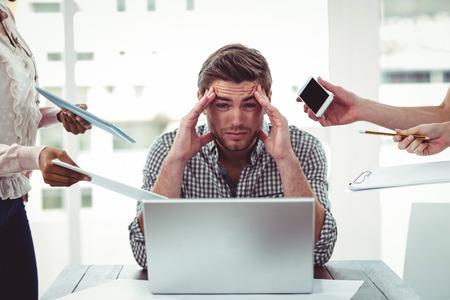 Uomo d'affari stressato sul lavoro in ufficio casual Archivio Fotografico