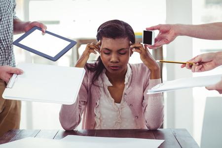 D'affaires stressé au travail dans le bureau occasionnel Banque d'images