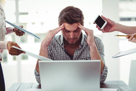 empresarios: El hombre de negocios estresado en el trabajo en la oficina informal