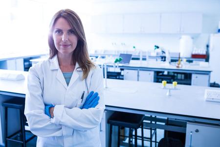 investigador cientifico: Científico sonriendo a la cámara en el laboratorio de la universidad Foto de archivo