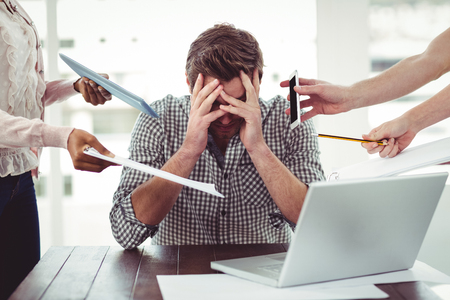 Zakenman uit aan het werk in casual kantoor benadrukte Stockfoto