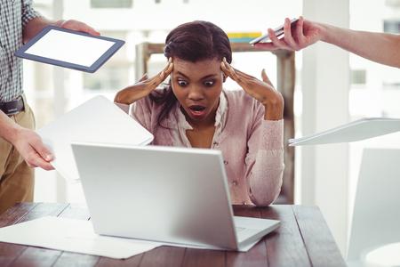 Geschäftsfrau heraus betont bei der Arbeit in casual Büro-