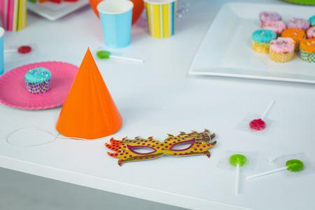 Cierre de artículos de fiesta en la mesa