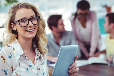sexo femenino: Personas creativas del asunto trabajar duro juntos en la oficina informal
