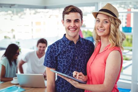 trabajando duro: Business creativo trabajar duro juntos en la oficina informal