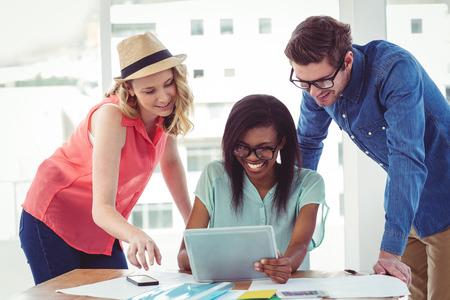 trabajando duro: Personas creativas del asunto trabajar duro juntos en la oficina informal
