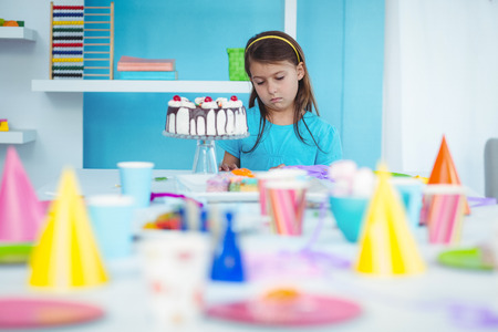 fille triste: Sad enfant seul à sa fête d'anniversaire