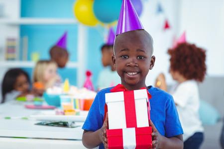 niños negros: Felices los niños en una fiesta de cumpleaños a punto de abrir los regalos