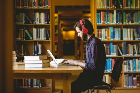 estudiantes: Estudiante inconformista que estudia en biblioteca en la universidad