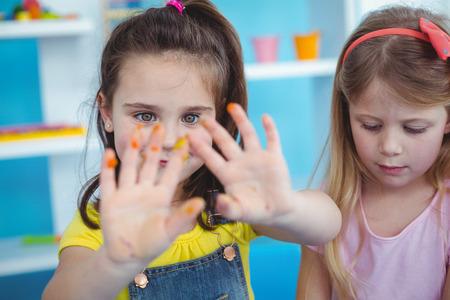 niños felices: Felices los niños disfrutan de las artes y oficios juntos utilizando pinturas