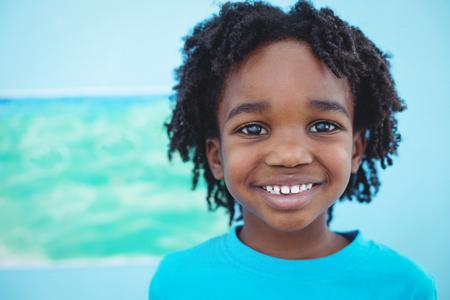dessin enfants: Kid profiter des arts et m�tiers de peinture heureux � leur bureau Banque d'images