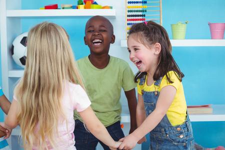 girotondo bambini: Bambini felici holding hands insieme in camera da letto