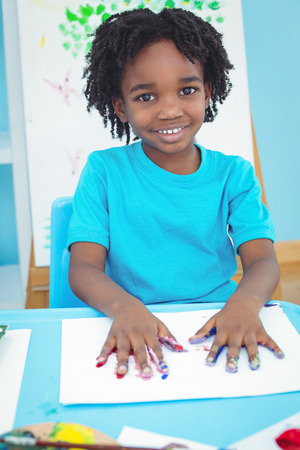 ni�os con l�pices: Happy kid enjoying arts and crafts painting with his hands Foto de archivo