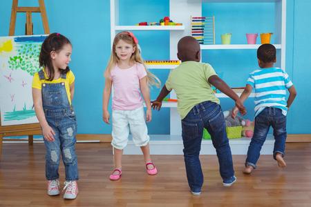 enfant qui joue: Heureux les enfants jouer à des jeux ensemble dans la chambre Banque d'images